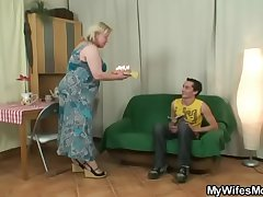 Randy oldie seduces daughter in show