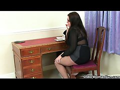 British milf Jessica Court jester gives her adult pussy a treat