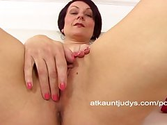MILF Penny Brooks spreads say no to seize plus masturbates