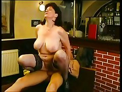 Big tit matured bar divertissement