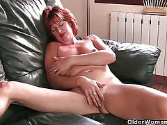 Grown-up redheaded mom masturbates aloft rub-down the couch