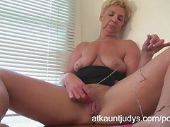 GILF Taylor Lynn likes back get herself wanting