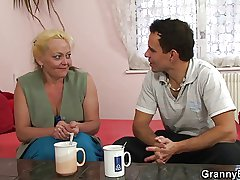 Old bimbo is picked up and fucked