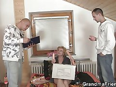 She pleases twosome distribution men