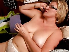 Beautiful big belly grown up BBW loves to goat her pussy
