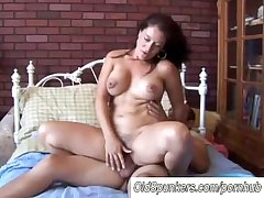 Sexy MILF Sandy enjoys a unhandy facial cumshot