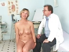 Vanda has her powered mature pussy opened by speculum