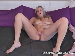 Canadian milf Velvet Skye needs not far from rub several out