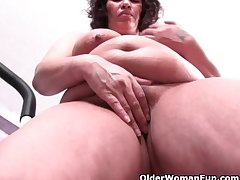 Chubby grandma about big tits ends her isometrics about a pussy wipe out