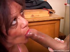 Bonny of age babe gives a blowjob lesson
