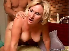 Sexy cougar loves to give a untidy rimjob