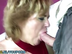 Brunette mature toiletslut face juicer